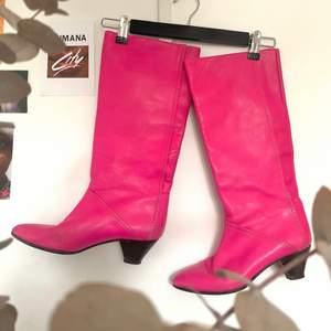 RIZZO-boots i hög modell. Klar rosa färg med spetsig tå och liten klack! Äkta läder (vero cuoio), normalt begagnat skick inga tydliga deffekter förutom viss slitning på tåspetsarna (skickar bild)