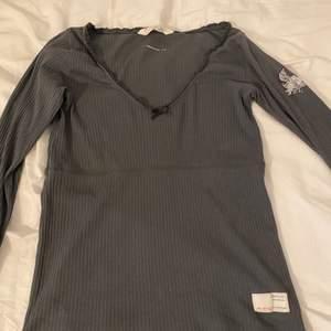 Gammal modell äkta Odd Molly, använt endast tre gånger, fin tröja i bra skick! Säljer den eftersom det inte är min stil!