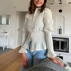 Jättefin blus/skjorta från Boohoo i krämvit i storlek 36💕💕