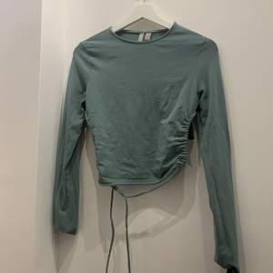 En super fin tröja som har en jätte cool öppning i ryggen har använt 1 gång bra kvalete (köparen står för frakten) kan sicka bilder mer bilder privat ⚡️