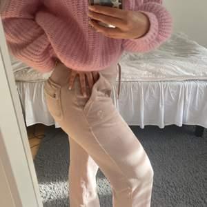 Säljer mina rosa/beiga juicy couture mjukisbyxor då jag har likadana fast i annan färg som jag använder mer. Köpta på wakakuu för 1000kr, säljer dessa för 700kr. Jättebra skick då de är sparsamt använda. Storlek S. Spårbar frakt på 66kr tillkommer💗