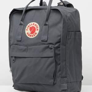 Säljer min fjällräven ryggsäck eftersom den aldrig kommit till användning! Köpt i januari för 999kr😊 Den har bara legat i min garderob och känner att den aldrig kommer att komma till användning.🤍 Kontakta mig för egna bilder eller vid intresse! 👍🏼