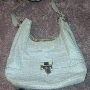 As snygg vit guess väska, lite 90s och 2000s tals väska. Jätte trendig!! Köparen står för frakt 💞💞