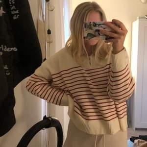 Säljer denna randiga tröja ifrån Mango med 1/4 zip❤️Så mjuk och skön!!