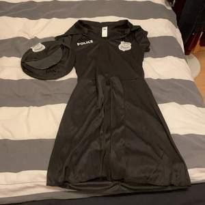 Säljer min polisklänning som är helt oanvänd. Köptes på Partyhallen men säljer på grund av att den inte kommer att komma till användning. En polishatt medföljer. Passar perfekt nu till halloween 🎃 Nypris: 299 kr✨ Mitt pris 250 kr🤍 priset kan däremot diskuteras. Skriv för fler bilder.