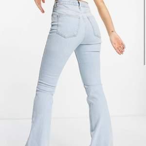 Ljusblåa bootcut jeans, aldrig använda och lappen kvar. Storlek 32 men skulle säga att dom passar 34/36 också 💞
