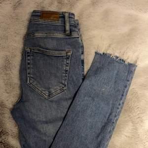 Jeansen är lite ljusare än på bilderna men sjuktfina och materialet är dunder!❤️fortfarande i fint skick efter 3 år och använt i perioder.