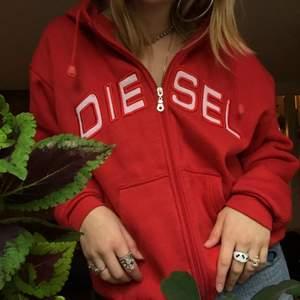 Säljer denna röda jättemysiga zipup hoodien, den har en jättesnygg luva och dragkedjan funkar som den ska 🥰