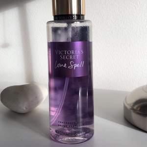 """Victoria's Secret body fragrance mist i doften """"Love Spell"""" 💜 väldigt mycket kvar, 70kr + 45kr frakt <3"""