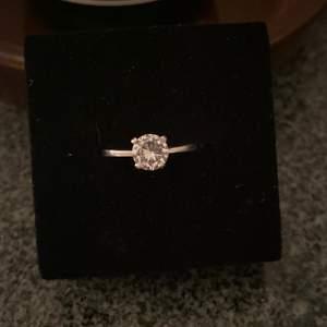 Använder inte silver längre så säljer alla mina silver ringar. Ringen är silver, sparsamt använd och i topp skick. För mer bilder/info PM. Kan hämtas i Södertälje eller fraktas spårbart. Endast seriösa köpare!