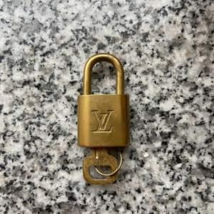 LV lås som går att använda som halsband! Priset går att diskutera vid snabb affär! Frakt ingår i priset