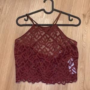 Genomskinligt linne storlek M. Från NA-KD. Dragkedja och korsat band i ryggen.