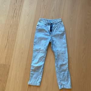 Ett par jeans från H&M i strl 34 i mom fit