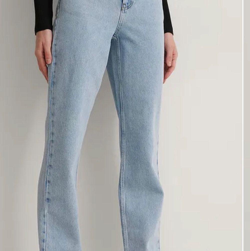 Säljer mina raka jeans i storlek 32 från NAKD då de inte kommer till användning. Fåtal gånger använda. Har klippt av mina längst ner, jag är 1,68.                           Köp direkt för 300 kr . Jeans & Byxor.
