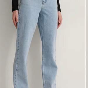 Säljer mina raka jeans i storlek 32 från NAKD då de inte kommer till användning. Fåtal gånger använda. Har klippt av mina längst ner, jag är 1,68.                           Köp direkt för 300 kr