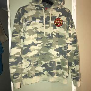 Santa Cruz hoodie i bra skick, använd en del men märks inte förutom att den är lite nopprig i tyget. Nypris runt 600. M i herratorlek sitter bra oversized på mig som är en S