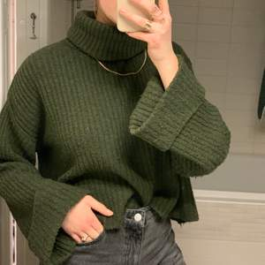 Mysigaste tröjan som jag tyv knappt använder längre. Fin mossgrön färg och polo. 💚 Frakt tillkommer!