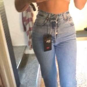 Sjukt snygga Levis jeans som sitter perfekt på kroppen. Modellen ribcage