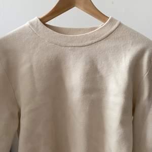 vit tröja i storlek S