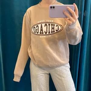 beige sweatshirt i storlek 36! ✨ trycket är lite skavt (tredje bilden) därav priset