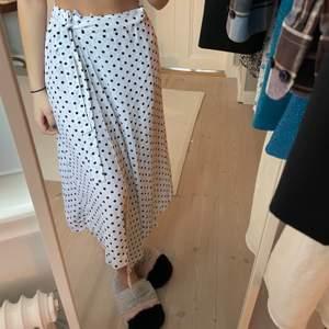 Säljer denna långa kjolen från NA-KD. Såhär sitter den på mig som är 176🧚🏻♂️