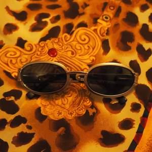 Så coola solglasögon från 80-talet💋💋 av italienska märket Polaroid från kollektionen Xoor🌟