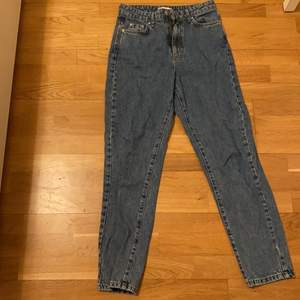 Ett par snygga mom jeans som är sparsamt använda. Det är en blå urtvättad färg som är väldigt snygg. Jag är 167cm med långa ben och dom passar mig. Men dom är inte jätte långa. Säljer pga att dom inte kommer till användning.