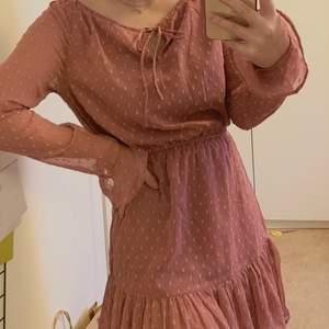 Superfin klänning som tyvärr inte kommit till användning då jag inte tycker den passar så bra. Funkar perfekt till studentmottagning eller sommaren💓inköpt 2018 så endast testad med alla lappar kvar✨