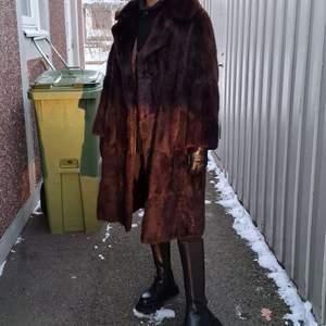 Säljer denna lyxiga pälsjacka. Uppskattas till strl M🐻 frakt ingår inte!