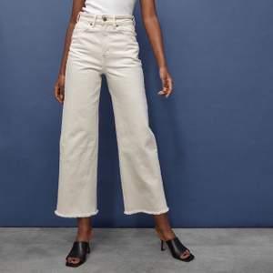 Säljer ett par vita jeans från HM. Fint skick, endast använda ett par gånger då det är fel modell för mig. Storlek 40, vida ben. Sömmarna är beigea, snygg detalj. 150 kr + frakt. 🤍 (första bilden är lånad från h&m:s hemsida)
