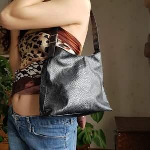 Metallisk väska i snakeprint. PU-läder. Y2k fire 🦋💎🔥   I fint skick. Först till kvarn! 💫 +frakt 66kr