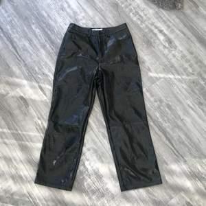 Snygga byxor som är lite glansiga och skrynkliga i materialet, lite croppade i längden! Sitter jättesnyggt men har aldrig fått ett tillfälle att använda dom så säljer dom istället, aldrig använda endast testade på!
