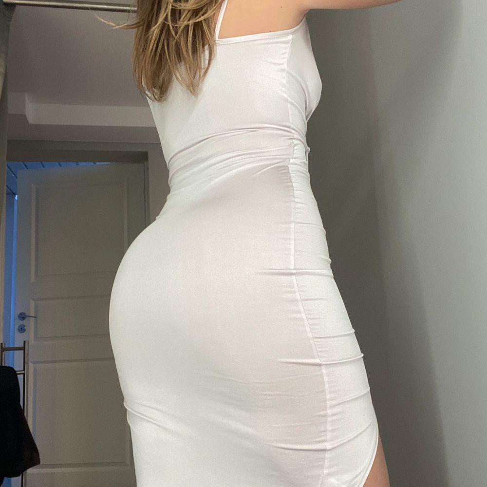 Superfin klänning i ett typ av silkes material. Färgen är ljus, nästan vit men lutar lite åt det ljus rosa hållet. Använd en gång men va tyvärr lite liten. . Klänningar.