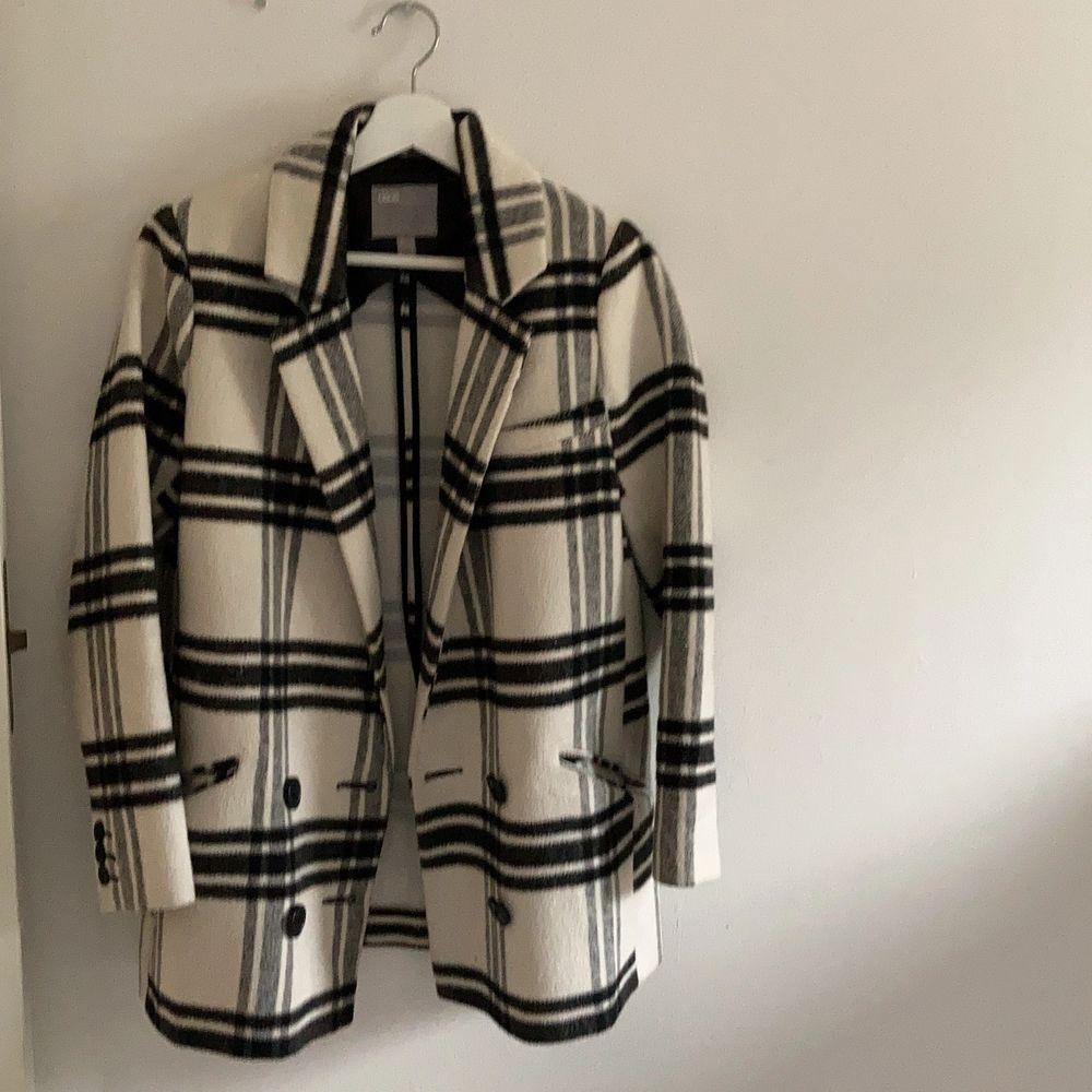 En kortare kappa köpt på asos förra hösten. Nypris 850 kr. Säljer för 250+ frakt. Passar perfekt på våren och hösten. Svarta snygga knappar, vit med svarta rutor och väldigt snygg men säljer då jag har för många jackor. Använd fåtal gånger, superbra skick. . Jackor.
