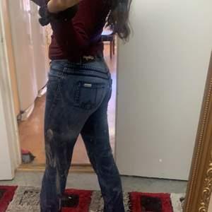 Världens snygga låg midjade jeans vet fan ej varför ja säljer säljer säkert för ja känner att de finns fler som kan styla dessa sjukt snyggt fett coola ❤️😌