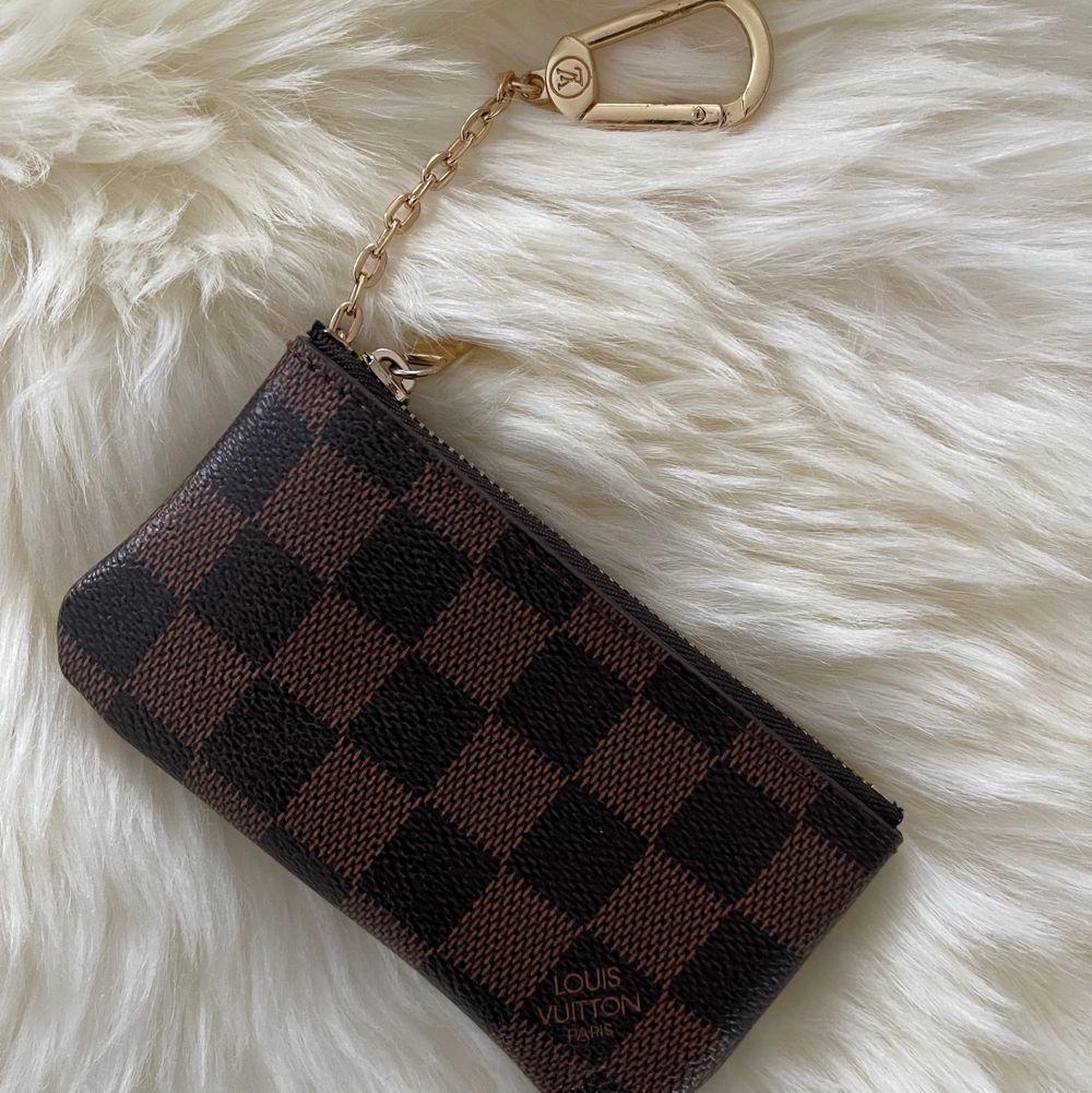 Louis Vuitton damier nyckelhålare         Mycket bra  kopia        12 x 7 x 1.5 cm                 Spårbar frakt 63kr.      eller skickalätt i brevlådan 49kr . Väskor.