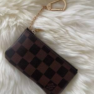 Louis Vuitton damier nyckelhålare         Mycket bra  kopia        12 x 7 x 1.5 cm                 Spårbar frakt 63kr.      eller skickalätt i brevlådan 49kr