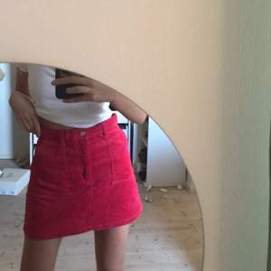 Helt oanvänd manchester kjol från monki! Säljer då den inte kommit till användning, så helt nyttskick med prislapp kvar. Storlek 38 men skulle säga att den passar 36 också beroende på hur man vill att den ska sitta. Frakt tillkommer