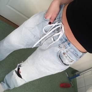 Snygga levis jeans som är i en bredare/rakare modell och lite oversized på mig som är cirka 163-165. Dem är i en modell för män men dem blir perfekt som ett par vidare jeans om du är i storlek 36-38. Jag har även knutit ett snöre i median för att hålla upp dem bättre och det funkar bra!💜 frakt ligger på 66kr och är spårbart.