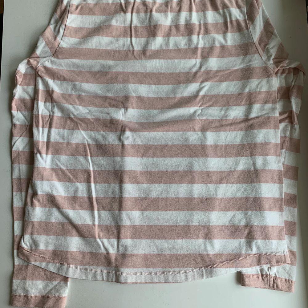 Vit och rosa randig långärmad tröja. Stl S från lager 157. Mjukt och skönt material. Tröjan kostar 20 kr, frakt ingår ej. Swipe för fler bilder.. Tröjor & Koftor.