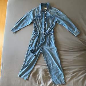 Säljer nu min super fina jeans jumpsuit från Hm🤍🌸 Köpt förra våren men sällan använd och är i mycket bra skick!🌼 Jumpsuiten är i storlek 36 och är för kort för mig på 170 cm (skulle passa någon som är 150-160 cm tror ja)☺️ OBS! ❌Köparen står för frakten som inte ingår i priset (totalt 226 kr med frakt)❌ Hjälper gärna till med mått och andra frågor så det är bara att skriva🌻🤍
