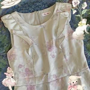 Super fin ljusblå klänning med blommigt mönster, passar xs/s ☁️