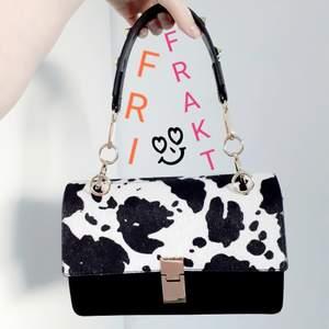 Komönstrad väska som är slutsåld på Ginas hemsida! Den mönstrade delen är i lite pälsaktigt material. Endast använd 1gång och därav i nyskick!❤Medföljer även ett svart längre tillhörande väskband(väskbanden är avtagbara). FRI FRAKT!😘