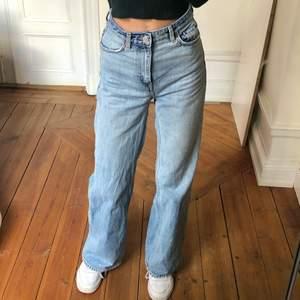 Weekdays populära Ace jeans. Tror faktiskt inte just denna färg säljs längre. Var mina absoluta favoriter en gång i tiden, men har för många jeans o behöver inte dessa.❤️ Väldigt fint skick fortfarande, förutom att dragkedjan har hoppat ur, och man måste fixa lite med den för att knäppa jeansen. 🌸✨🍀🍇