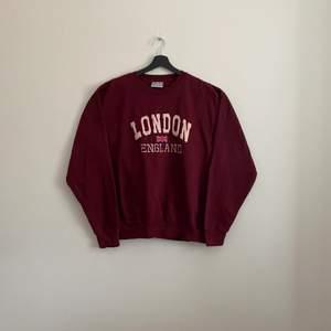 """Vintage """"London England"""" Sweatshirt. En tröja i mycket bra skick och i storlek XL men sitter dock som en L"""