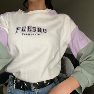 En sweatshirt från hm med snörning i midjan i storlek xs. Använd 1 gång så i väldigt bra skick💕 köparen betalar frakt💕