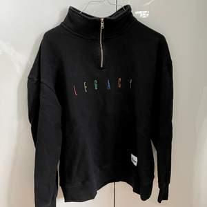 Trendig svart sweatshirt med 1/4 Zip! 🌈 Från märket Agora Clothing. Storlek M i Unisex 🌎💚🤎