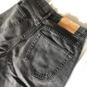 Ett par grå jeans ifrån cheap monday, i fint skick