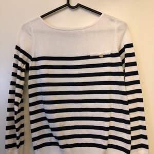 Långärmad vit tröja med mörkblåa ränder från märket STOCKH LM. Storlek Small.  Alla kläder som säljs av mig är i nytvättat och fint skick. Fler bilder kan snickas vid förfrågan. Köpare står för fraktkostnad. Buda i kommentarsfältet.