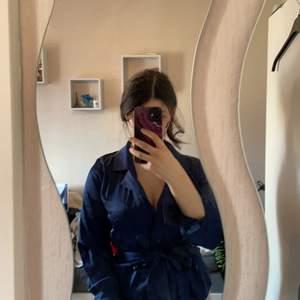 Elegant marinblå tröja i satin tyg. Helt oanvänd och jätte snygg.